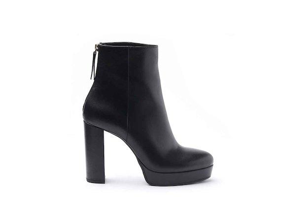 Stiefelette aus schwarzem Leder mit Lederbezug an Plateausohle und Absatz