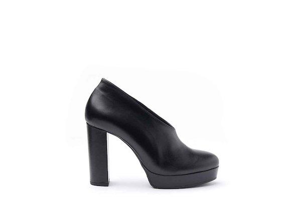Schuh aus schwarzem Leder mit Lederbezug an Plateausohle und Absatz