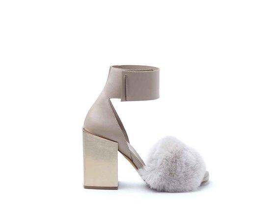 Sandalo con fascia in pelliccia e cavigliera color cipria con tacco squadrato