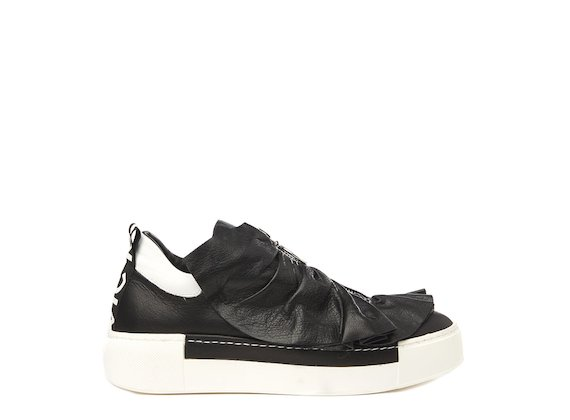 Black shoe with metal zip and ruches