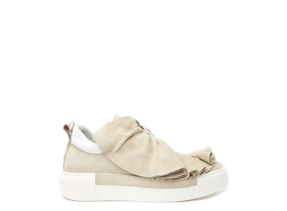 Beige shoe with metal zip and ruches