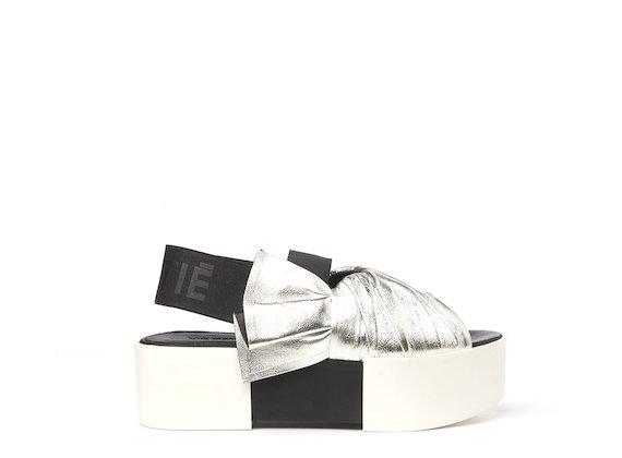 Sandalo argento con tomaia drappeggiata