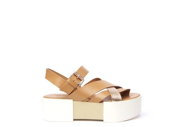 Sandalo con fasce intrecciate color cuoio