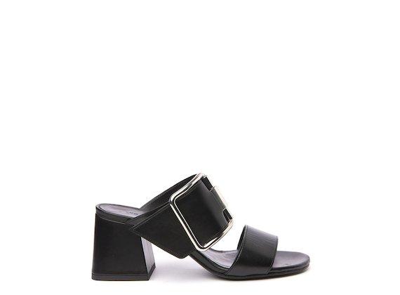 Sandalo nero con tacco svasato e fibbia
