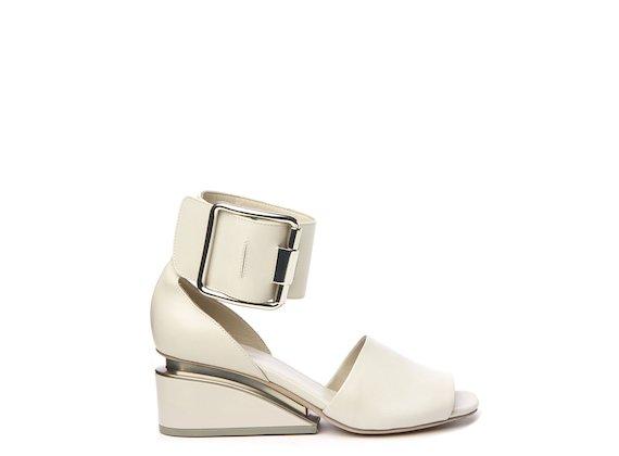 Sandale mit breitem Riemen und großer Schnalle Weiß