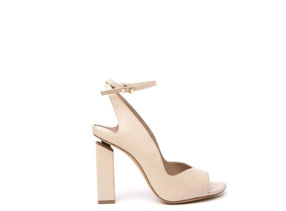 Chaussures style Chanel couleur chair à bout ouvert et talon suspendu