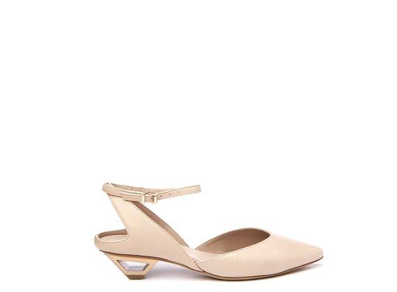 Chaussures style Chanel couleur chair avec talon ajouré en métal