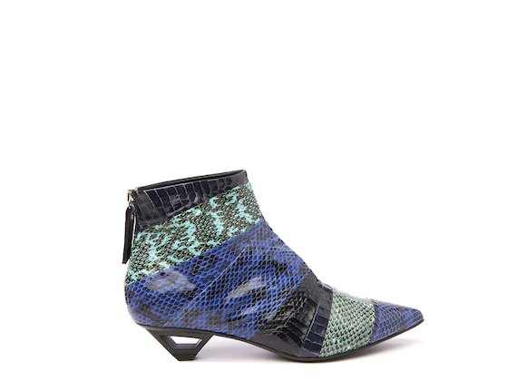 Stiefelette aus Reptilleder mit Cut-out-Absatz in Metallic-Optik