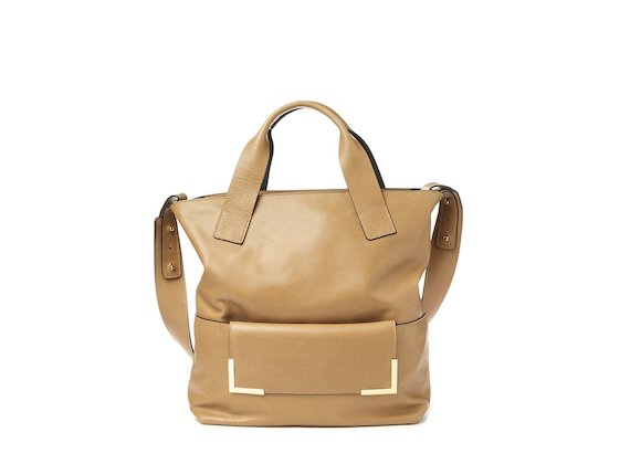 Petra<br>Shopping bag color cuoio con accessorio metallico
