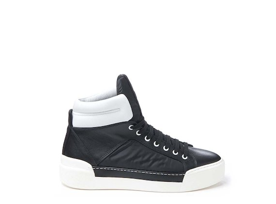 Black trainer with contrasting padding