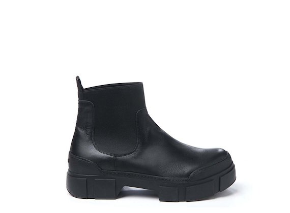 Beatle boot with lug sole