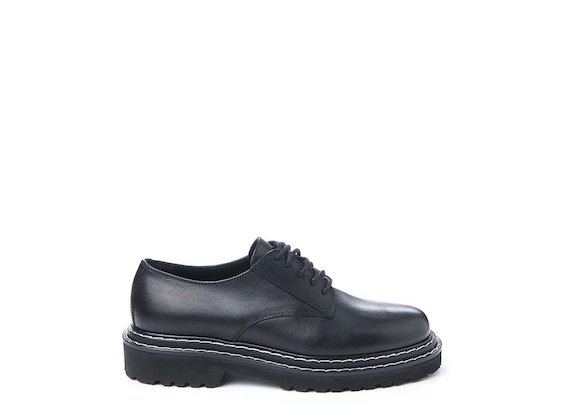 Derby shoe with contrasting stitching