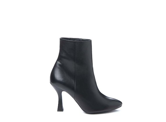 Ankle boot with spool heel