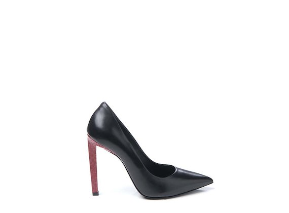 Court shoe with contrasting snakeskin heel