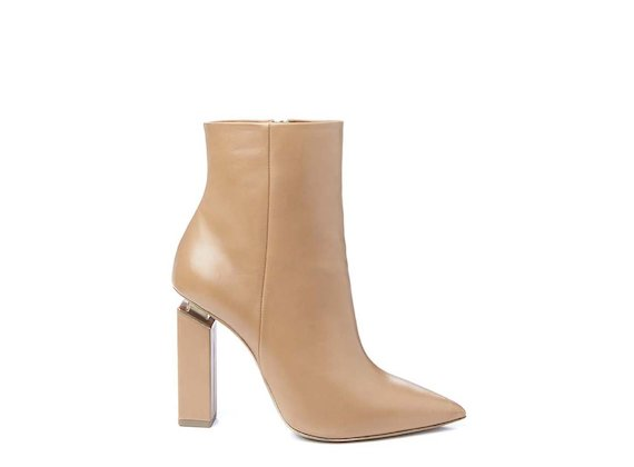 Cognac-coloured pointed ankle boot with suspended heel
