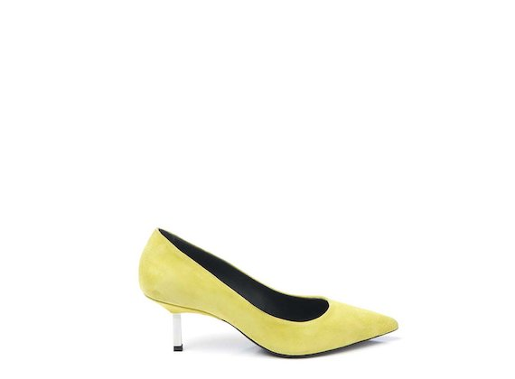 Yellow court shoe with metallic heel