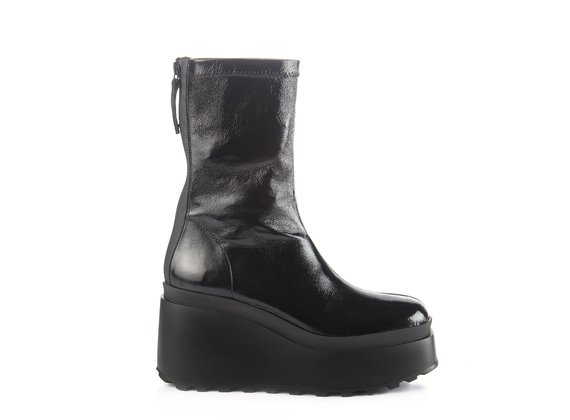 Ankle boots in stretchy black patent nappa with wedge