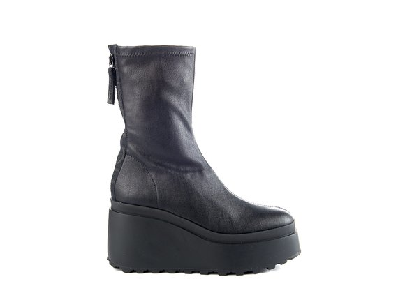 Ankle boots in stretchy black faux leather with wedge