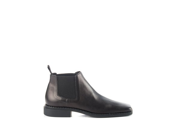 Niedrige Chelsea-Boots mit Flat-Quadro-Sohle aus weichem Kalbsleder in Schwarz