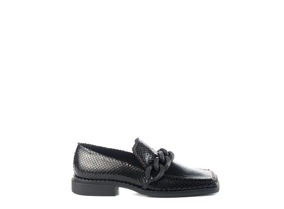 Quadro Flat moccasins in etched black calfskin with black chain
