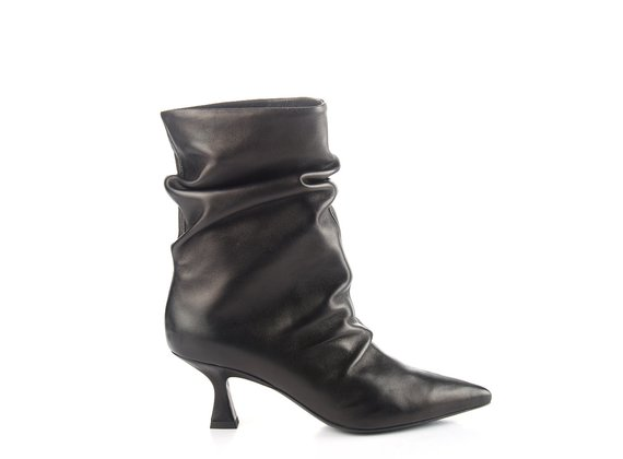 Tapered tube ankle boots in black leather