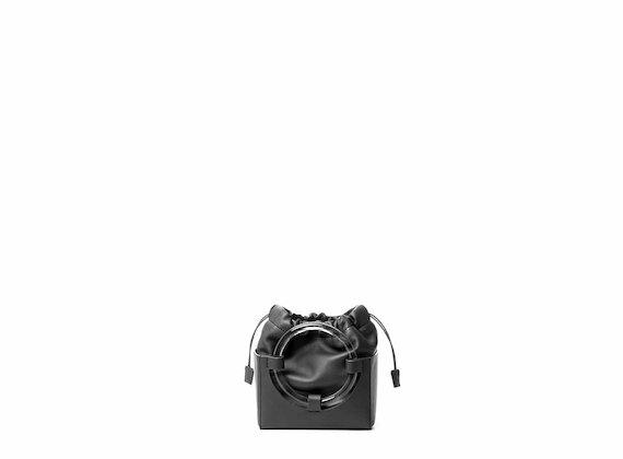 Hazel<br />Mini bag nera con maniglia plexi