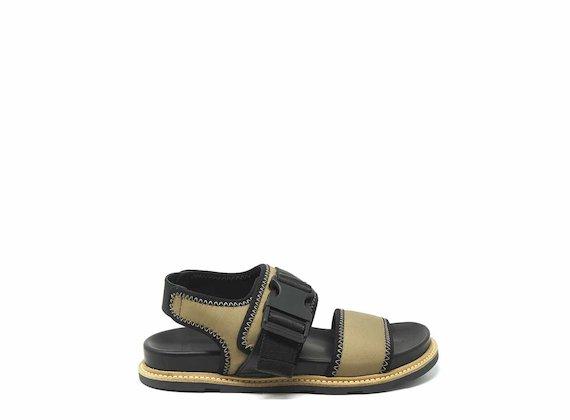 Sandale mit beigefarbenem technischen Verschluss und Nähten - Beige