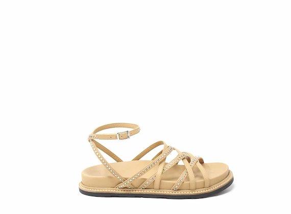 Sandalo intrecciato color cuoio con micro borchie