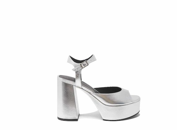 Silberne stumpfe Sandale