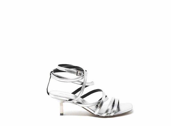 Silberne Sandale mit Pfennigabsatz und Bändchen am Knöchel