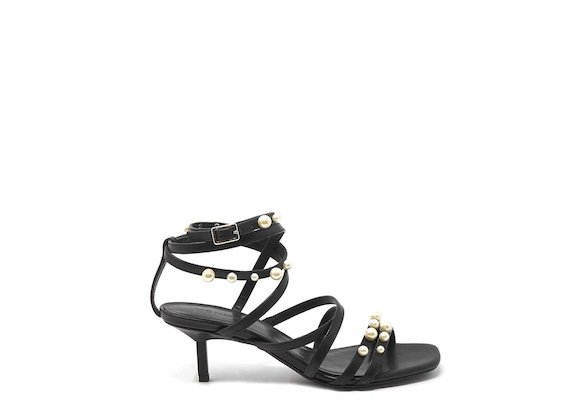 Sandals with kitten heel and pearls