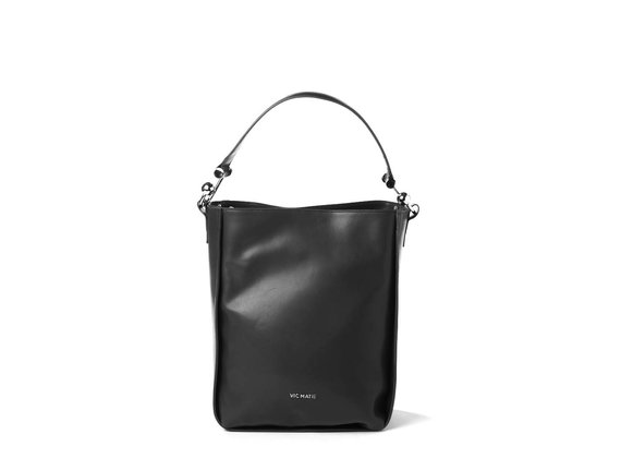 Edith<br> bucket bag in black leather with metal hooks.