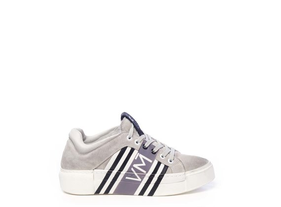 Sneaker en croûte de cuir gris polaire avec impression numérique VM sur tout l'extérieur