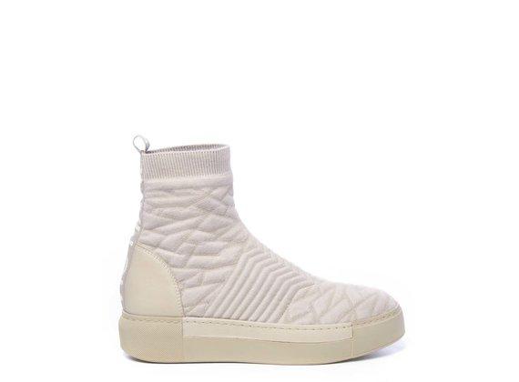 Sneaker aus beigefarbenem Strick mit 3D-Effekten und farblich abgestimmter Sohle