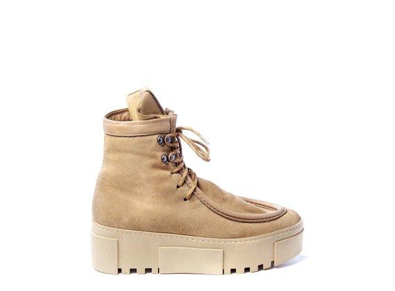 Sneaker en croûte de cuir couleur miel, doublure en peau de mouton, effet vintage