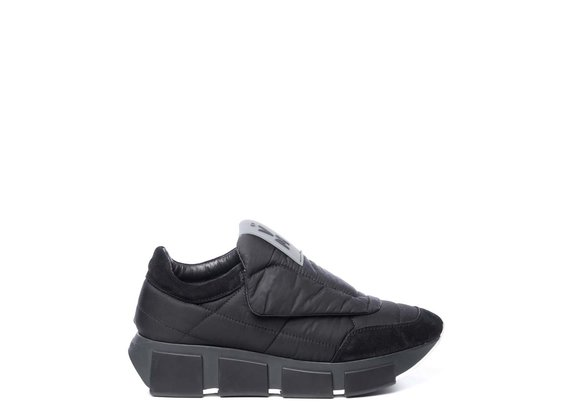 Black quilted running shoes in split leather and fabric
