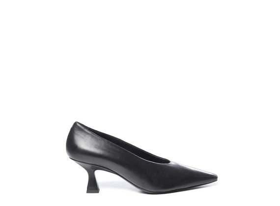 Court shoes in soft black calfskin with spool heels