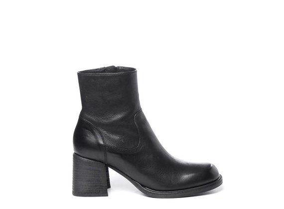 Zipped black ankle boots in calfskin