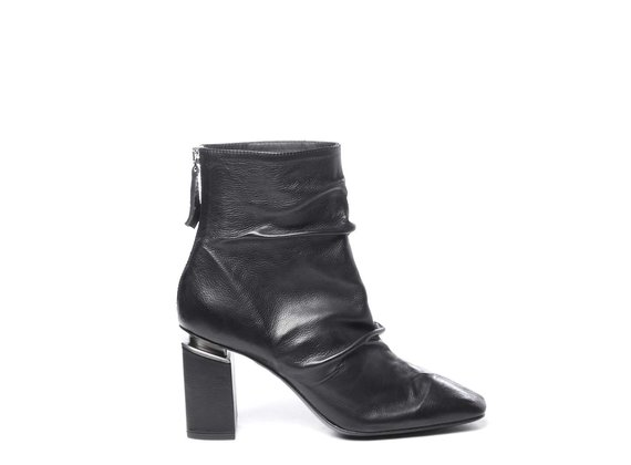 Zipped black ankle boots in soft calfskin with suspended heels