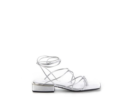 Sandale plate à séparateur d'orteil en cuir nappa métallisé argenté