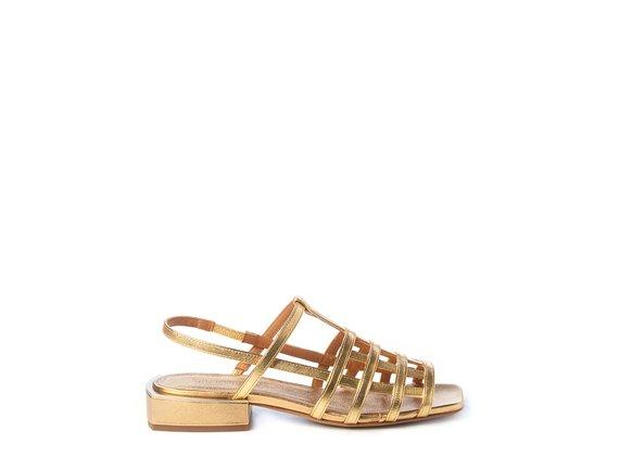 Flache Käfig-Sandale aus goldenem Metallic-Nappaleder