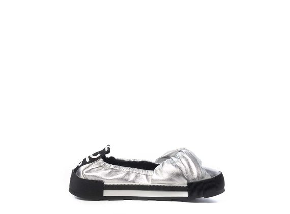 Sporty silver ballerina flats in soft, laminated nappa leather with knot