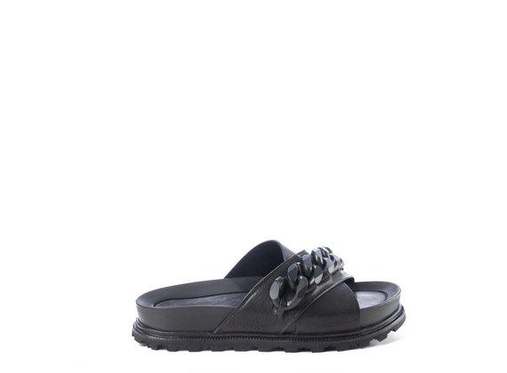 Schwarze Fußbett-Sandale mit Kette