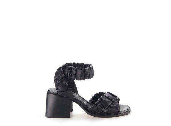 Schwarze Sandale mit Kreuzbändern