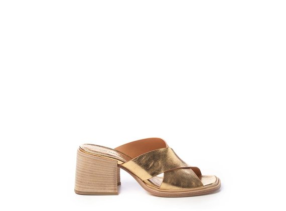 Sandals with criss-crossing golden bands
