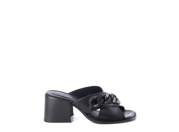 Sandals with black chain